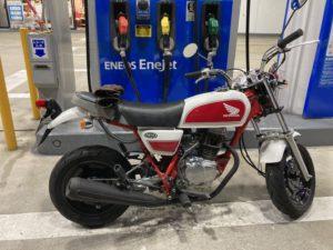 ホンダエイプ100デラックスでガソリンスタンド